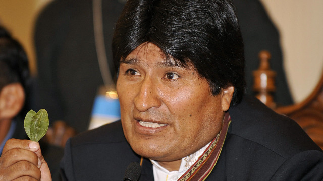 Evo Morales montrant une feuille de coca
