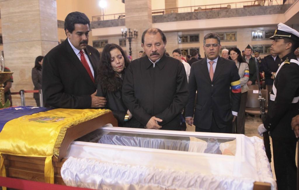 Nicolas Maduro et Daniel Ortega (Nicaragua) devant le cercueil de Hugo Chavez