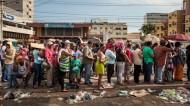 Files d'attente à Caracas en quête de produits de base