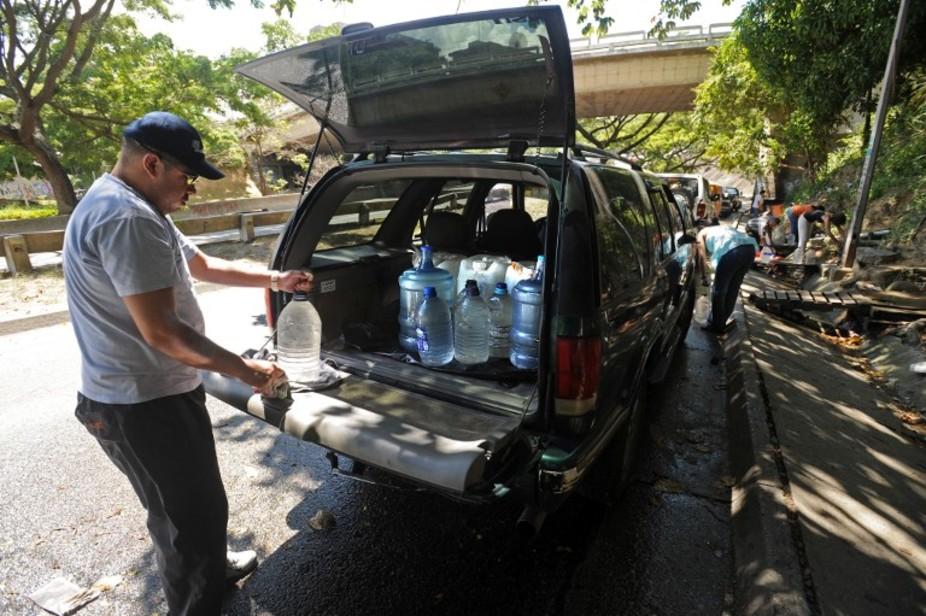 En 2009, un homme fait le plein en prévision d'eau en prévision de coupures. Juan Barreto/AFP