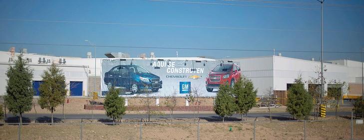 Fabriquees-proclame-cette-affiche-devant-usine-General-Motors-Mexique_0_729_486